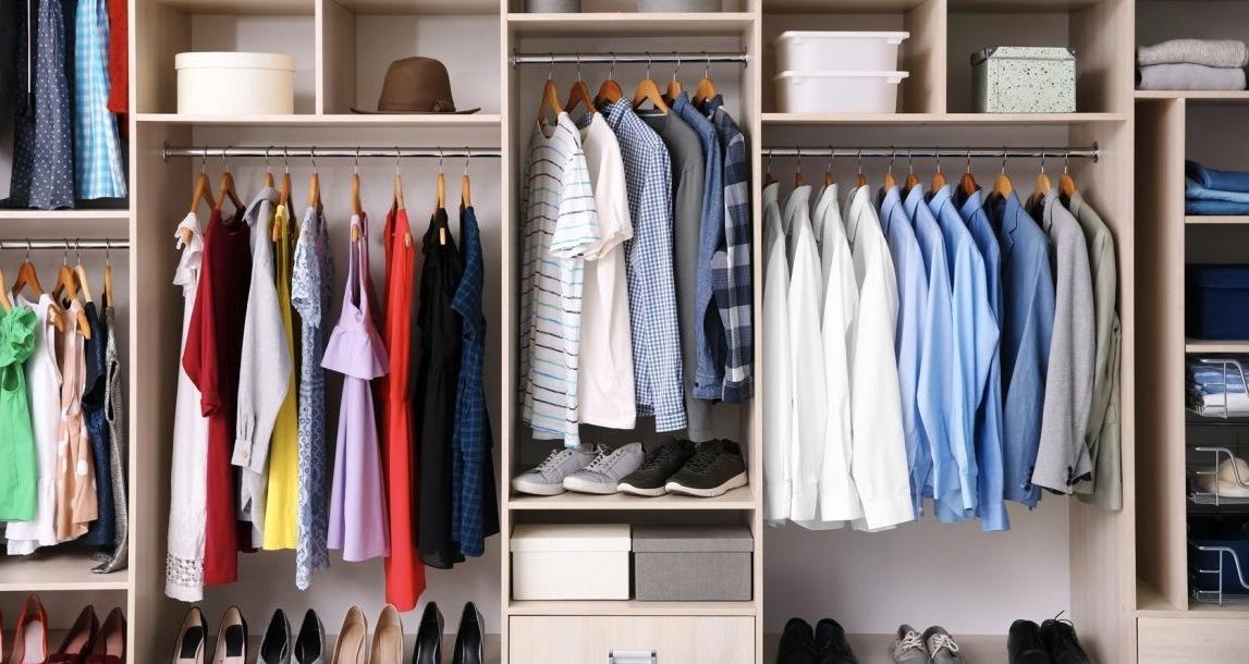 4 Jenis Pakaian yang Perlu Ada di Gantungan Baju