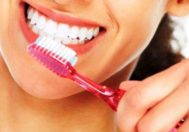 Kebiasaan yang Tidak Baik untuk Kesehatan Gigi, Hentikan Sekarang Juga